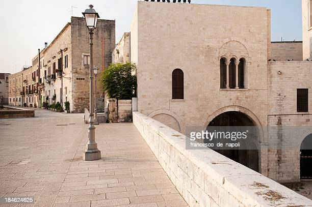 bari, ospita. il vecchio molo parete (la muraglia)-apulia - basilica di san nicola bari foto e immagini stock