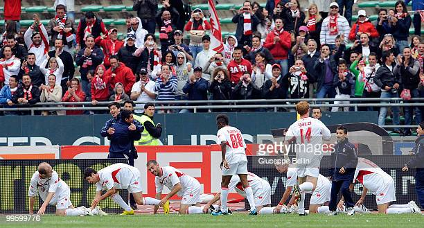 Bari players celebrate Emanuel Benito Rivas's goal during the Serie A match between AS Bari and ACF Fiorentina at Stadio San Nicola on May 16 2010 in...