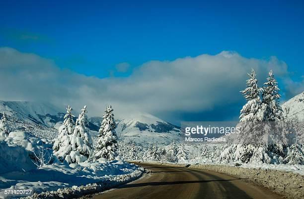 bariloche, road to ski resort - バリローチェ ストックフォトと画像