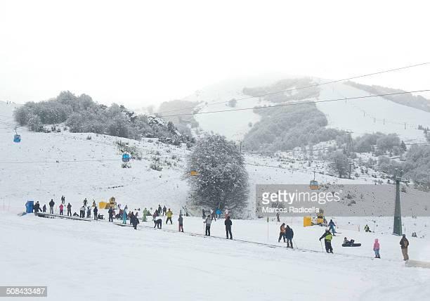 bariloche ski resort (cerro catedral) - radicella photos et images de collection
