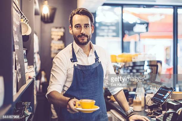 Barista propose un café