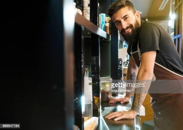 Barista arbeitet in einem Kaffee Shop