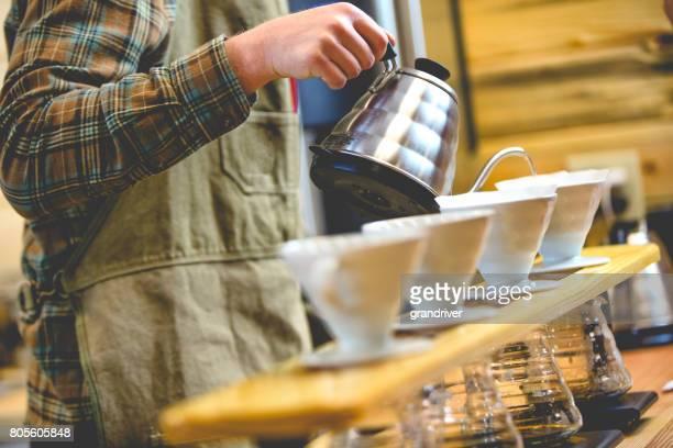 バリスタの作るコーヒー注ぐ