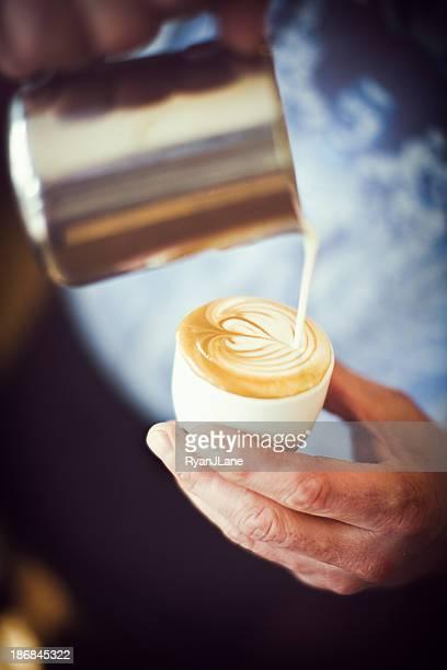 Barista, verser Mousse de lait artistique cœur