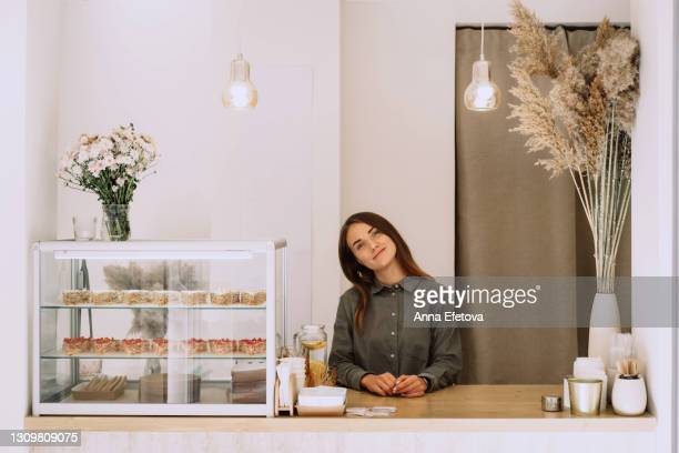 barista stands behind the counter in the coffee shop - pampa stock-fotos und bilder