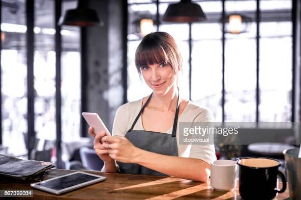 Barista mit Tablet im Café.
