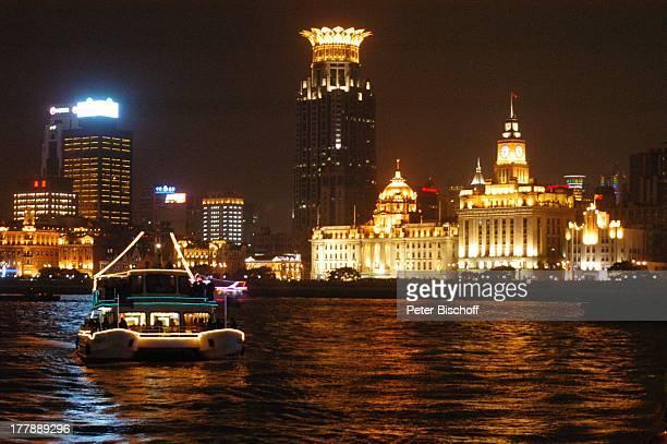 Barkasse Fluss Huangpu Peace Hotel Aja Building Bund Center Custom House Development Bank Stadtteil Puxi Shanghai China Asien Nacht nachts...