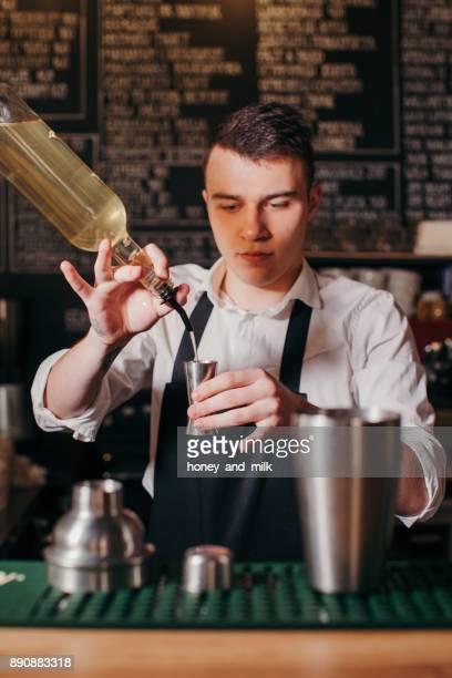 barman making a cocktail - kombination stock-fotos und bilder