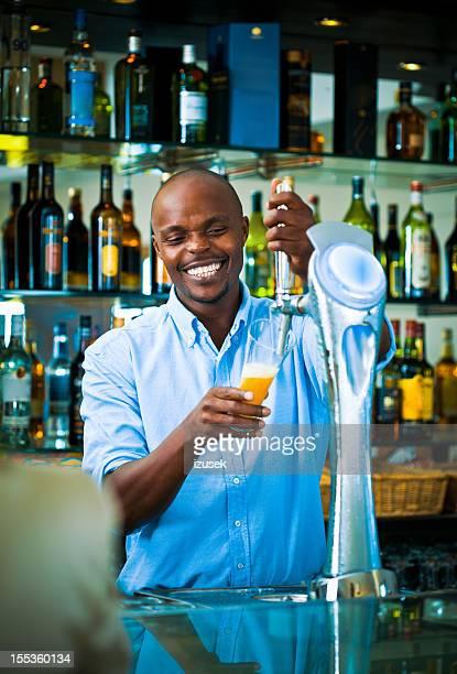 Barkeeper gießen Bier