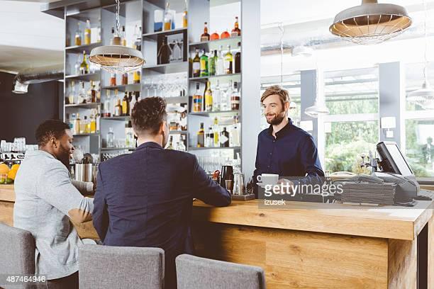 Barkeeper serviert Kaffee in einem pub