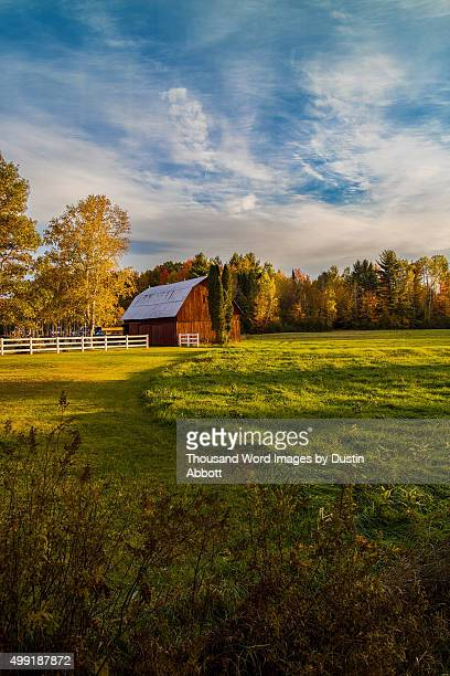 barn in autumn - dustin abbott - fotografias e filmes do acervo
