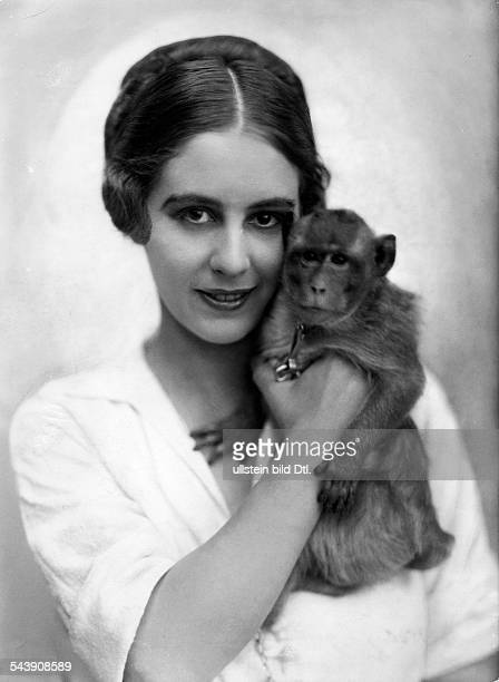 Barnay Margit Actress Germany with a monkey Photographer Becker Maass Published by 'Die Dame' 24/1921Vintage property of ullstein bild