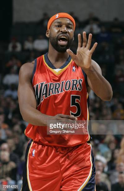 Baron Davis of the Golden State Warriors directs teammates during NBA action against the New Orleans/Oklahoma City Hornets January 2 2007 at the Ford...