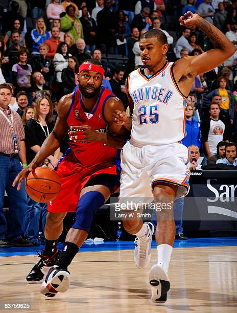 Baron Davis of the Los Angeles Clippers goes to the basket against Earl Watson of the Oklahoma City Thunder at the Ford Center on November 19 2008 in...