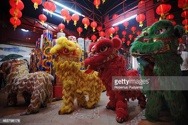 Barongsai dancers perform during Chinese New Year celebrations at Hong San Ko Tee temple on February 19 2015 in Surabaya Indonesia The Chinese Lunar...