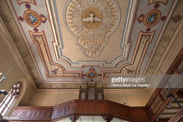 baroque ceiling with peace dove and organ loft of the spitalkirche church, today the kirche in franken museum, bad windsheim, middle franconia, franconia, bavaria, germany - kirche - fotografias e filmes do acervo