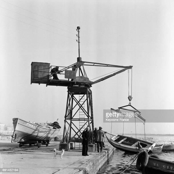 Barque mise à l'eau sur le port de Marseille France en 1955