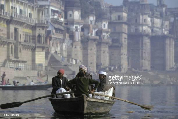 Barque sur le fleuve Gange le 15 décembre 1991 à Varanasi/Bénarès en Inde
