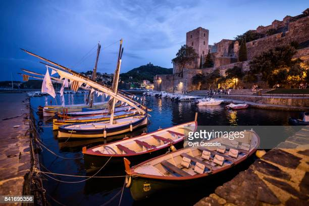 barques catalanes and fort of collioure - dämmerung stock pictures, royalty-free photos & images