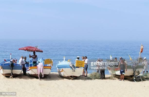 Barques et Pecheurs sur la plage Armacao de Pera Algarve Portugal