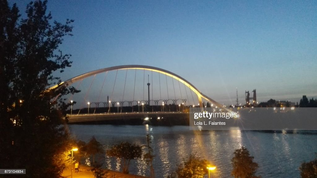 Barqueta bridge at sunset. Seville cityscape : Foto de stock