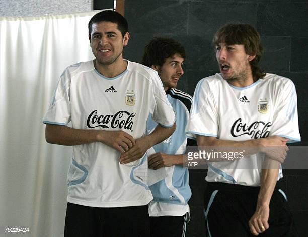 Barquisimeto, VENEZUELA: Argentina's Juan Roman Riquelme , Pablo Aimar and Gabriel Heinze walk across the lobby of their hote in Barquisimeto,...