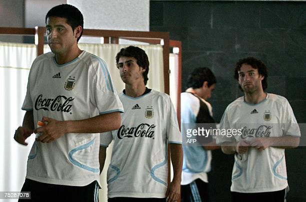Barquisimeto, VENEZUELA: Argentina's players Juan Roman Riquelme , Pablo Aimar and Gabriel Milito walk in a hotel in Barquisimeto 09 July 2007....