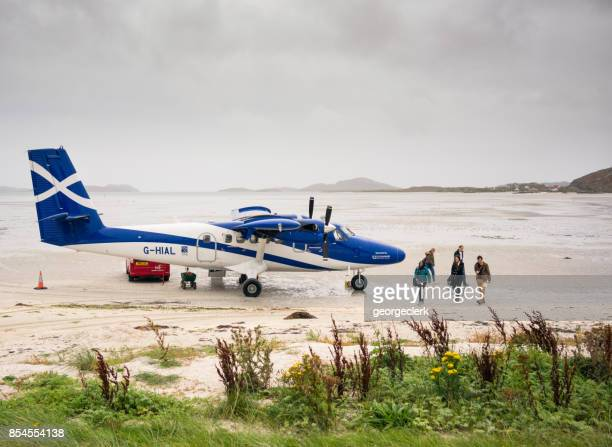 barra airport - loganair plane on the sand - barra scotland stock pictures, royalty-free photos & images