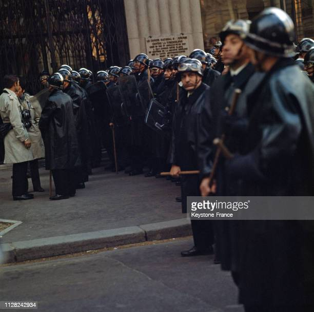 Barrage de CRS dans le quartier latin à Paris, France, en mai 1968.