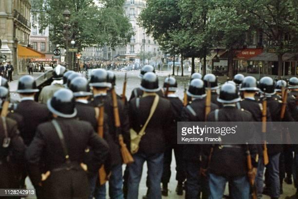 Barrage de CRS dans le quartier latin, à Paris, France, le 25 mai 1968.