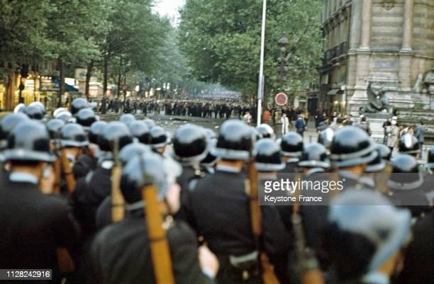 Barrages de CRS bloquant la manifestation étudiante dans le quartier latin, à Paris, France, le 25 mai 1968.