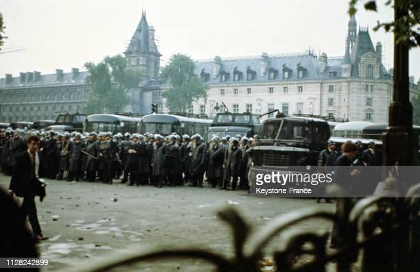 Barrages de CRS et de blindés place Saint-Michel à Paris, France, le 23 mai 1965.