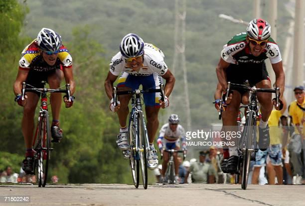 Barranquilla, COLOMBIA: El venezolano Arthur Garcia , el colombiano John Freddy Garcia y el mexicano Fausto Esparza llegan a la meta en la prueba de...