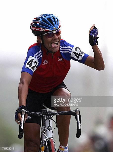 La cubana Yoanka Gonzalez celebra luego de cruzar la meta en la prueba de ciclismo categoria ruta individual mujeres con lo que obtiene la medalla de...