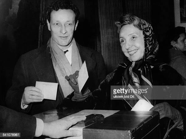 Barrault Jean Louis *Schauspieler Regisseur Frankreich mit seiner Ehefrau Madeleine Renaudbei der Stimmabgabe zur franzoesischenKommunalwahl 1959