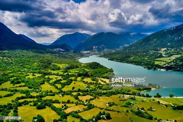 barrea lake in abruzzo national park, italy - parco nazionale d'abruzzo foto e immagini stock