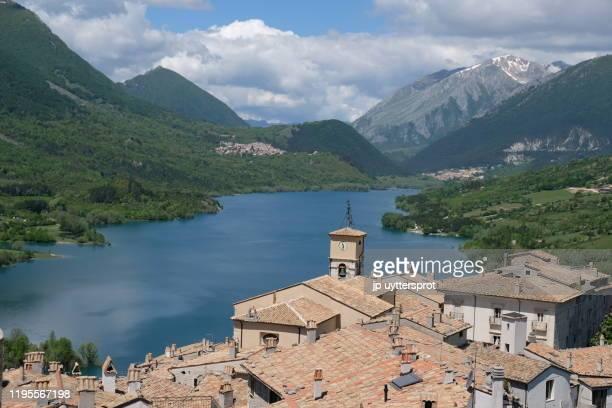 barrea lake, italy - アブルッツォ州 ストックフォトと画像