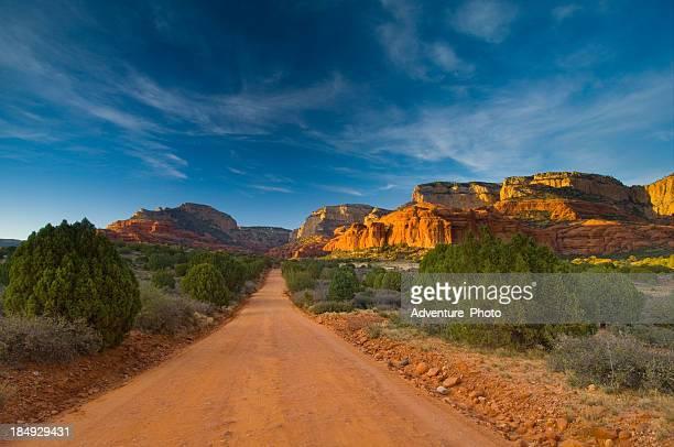 痩せ地未舗装道路アリゾナ州セドナ