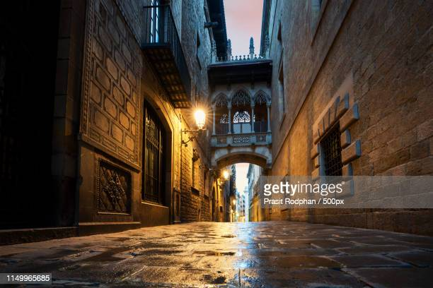 barri gothic quarter and bridge of sighs at night in barcelona - gothic stock pictures, royalty-free photos & images