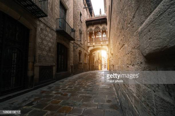 barri gothic quarter and bridge of sighs during sunrise in barcelona, catalonia, spain. - barcelona spanien stock-fotos und bilder