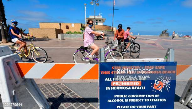 Barricades and signs are setup reminding people of closure at Hermosa Beach in Hermosa Beach, California on July 3, 2020. - Los Angeles County...