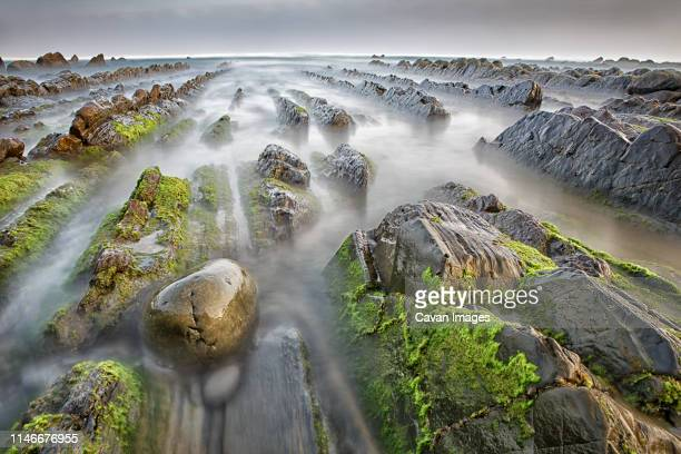 barrika beach in a cloudy night, basque country, spain. - pais vasco fotografías e imágenes de stock