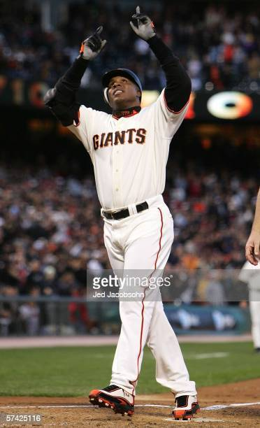 Barry Bonds of the San Francisco Giants points to the sky after hitting career home run number 710 against the New York Mets on April 25 2006 at ATT...