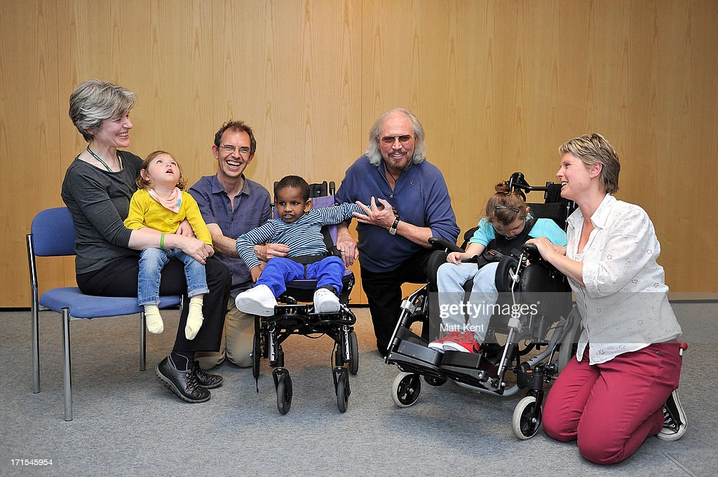 Barry Gibb Visits The Nordoff Robbins Music Therapy Centre : Nieuwsfoto's