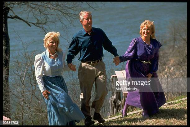 Barry Keenan notorious for having been part of trio who kidnapped Frank Sinatra Jr walking handinhand with Susan White her twin Sasha his exwife