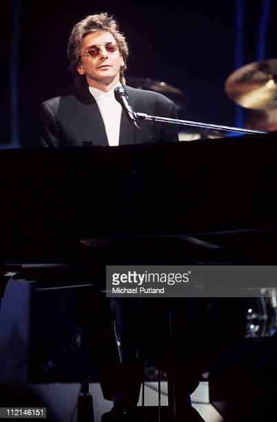 Barry Manilow performs on stage London circa 1991