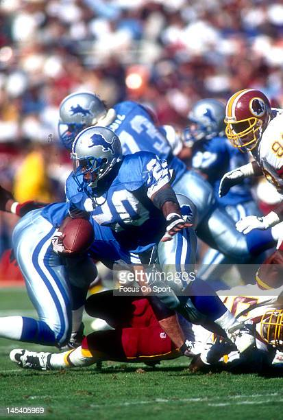Barry Sanders of the Detroit Lions carries the ball against the Washington Redskins during an NFL football game October 22 1995 at Robert F Kennedy...
