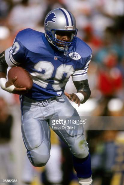 Barry Sanders of the Detroit Lions carries the ball against the Tampa Bay Buccaneers during an NFL football game November 10 1991 at Tampa Stadium in...