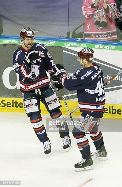 Barry Tallackson Richie Regehr Jubel Freude Emotion nach Tor zum 20 EHC Eisbaeren Eisbären Berlin Straubing Tigers Sport Eishockey DEL O2World Berlin...