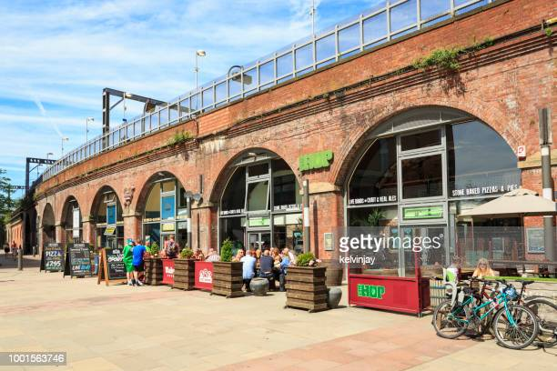 bares y restaurantes en los arcos oscuro debajo de la estación de ferrocarriles en leeds - leeds city centre fotografías e imágenes de stock